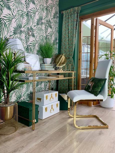 bureau chic urban jungle chaise table laiton papier peint végétal