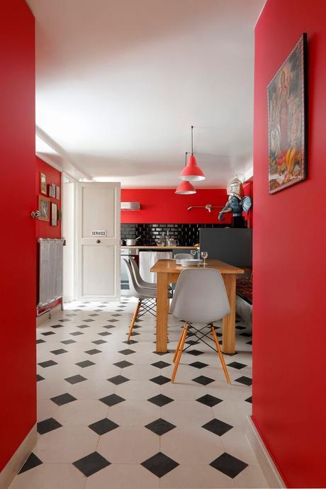cuisine atypique mur rouge sol damier noir et blanc table bois