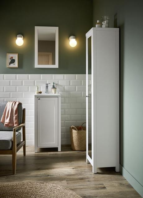 salle de bains retro meuble blanc carrelage metro mur vert