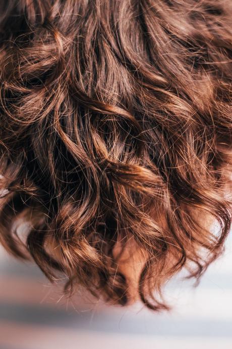 cheveux bouclés ondulés châtains reflets routine soin