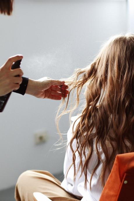 soin cheveux ondulés châtains application spray aloe vera
