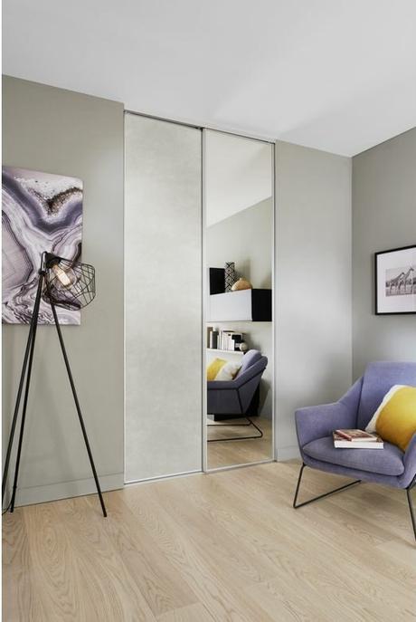 porte placard coulissante miroir mat effet béton gris clair salon