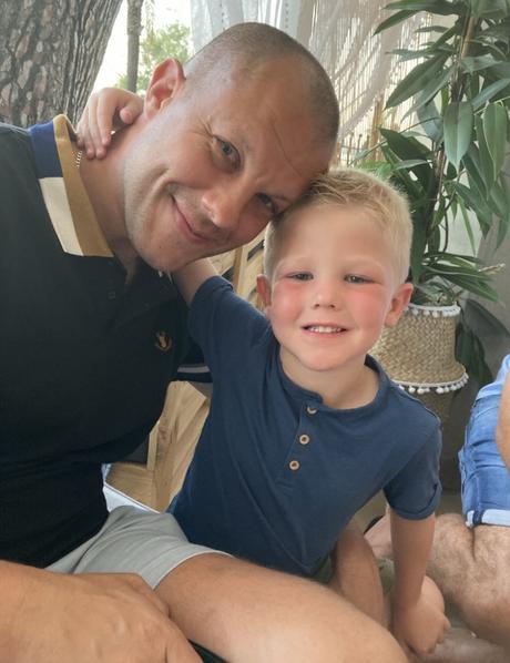 Papa, 43 ans, a laissé le visage rouge après que son fils en bas âge ait dessiné un portrait grossier moins flatteur à la craie
