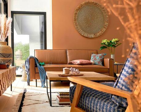 salon canapé contre un mur disposition petite pièce mur orange