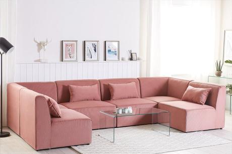 Comment bien positionner son canapé dans son salon panoramique modulable 6 places en velours cotêlé rose