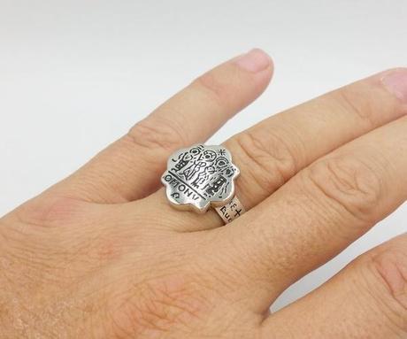 vue au doigt de la bague ancienne orientale fabriquée en argent