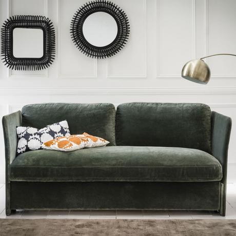 salon élégant feutré canapé vert velours lampadaire laiton rond miroir noir