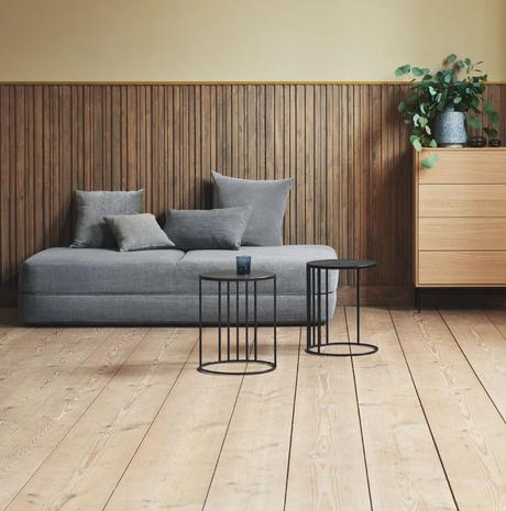 banquette grise ronde mur sol bois lamé table basse métallique noir