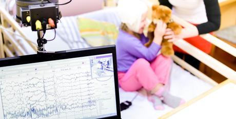 L'un des deux médicaments antiépileptiques les plus prescrits, l'oxcarbazépine s'avère associé à un risque élevé de fracture chez l'Enfant (Adobe Stock 60691216)