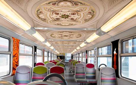 Le RER C décoré avec des œuvres des musées Parisiens