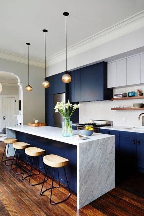 cuisine bar américain marbre blanc bleu marine parquet bois