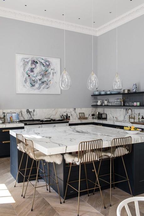 blog deco tendances cuisine 2022 ilot central marbre blanc bleu marine chaise haute laiton