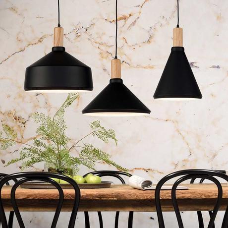 table à mangerbois chaises noires suspensions métallique