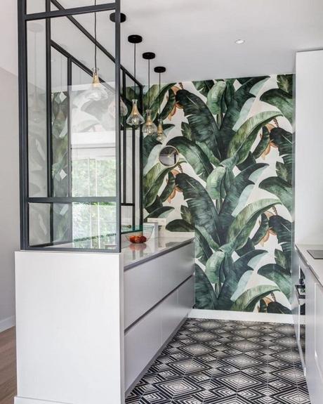 tendance cuisine 2022 verrière métal noir papier peint végétal