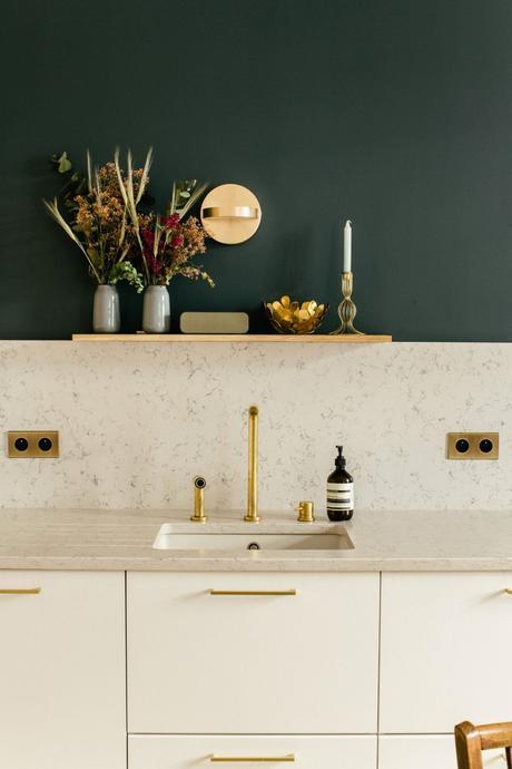 tendance cuisine 2022 verrière métal noir papier peint végétal élégante lumineuse blanche verte laiton