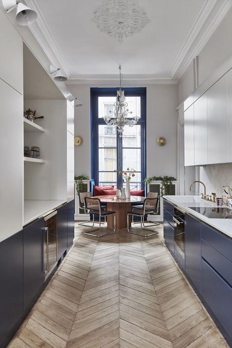 tendance cuisine 2022 couloir longueur bicolore bleu blanc parquet chevron lustre