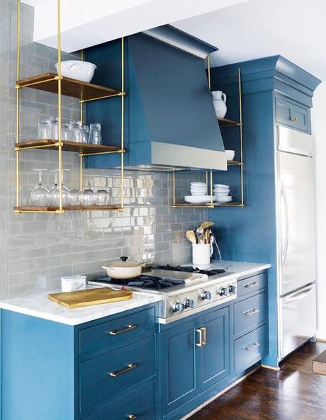 cuisine bleu ciel mur carrelage effet brique grise étagère bois laiton