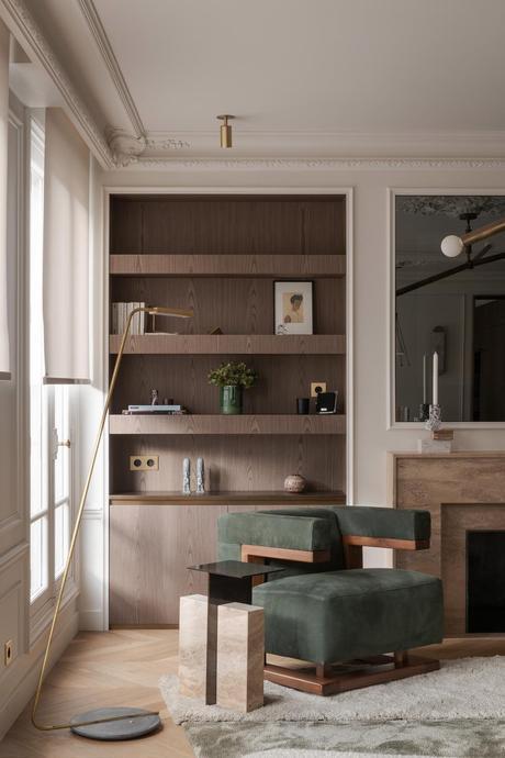 salon déco brutalisme fauteuil vert bois cheminée haussmann moderne