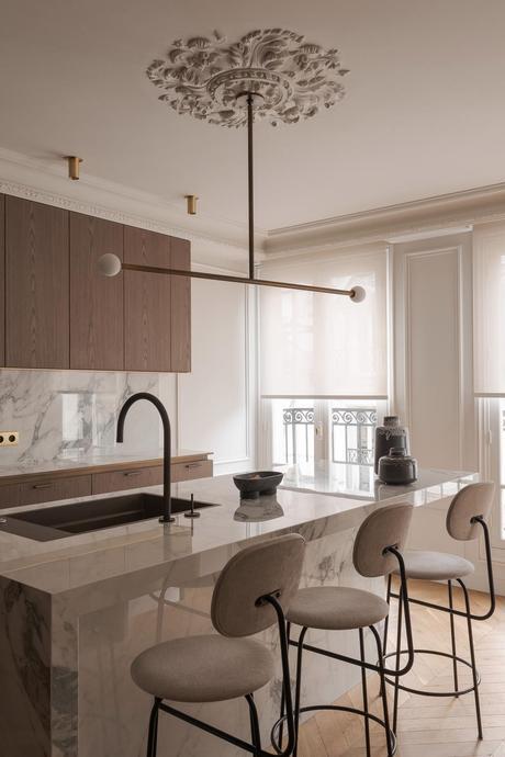 cuisine quartz marbre blanc meuble bois déco laiton lampe