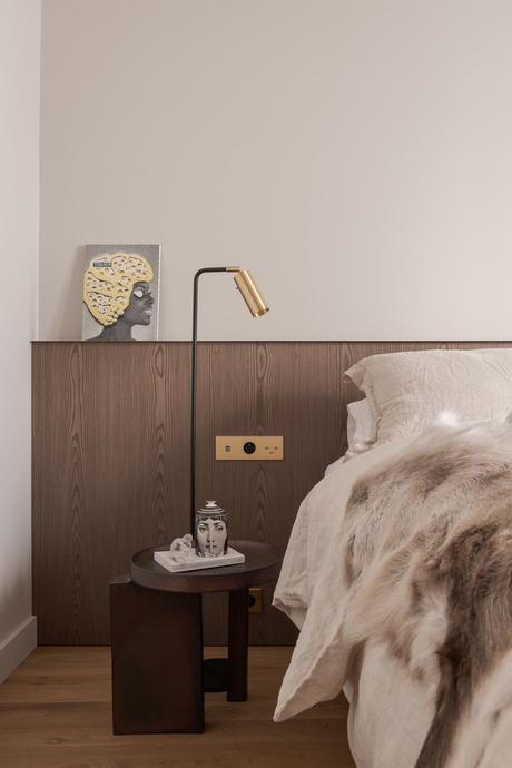 pied-à-terre à Paris chambre beige bougie Fornasetti