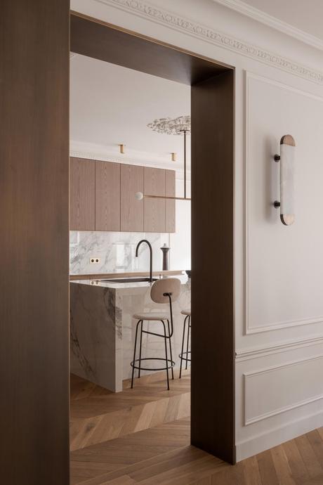 pied à terre à Paris cuisine semi-ouverte bois marbre appartement haussmannien