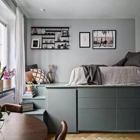 studio chambre salon estrade vert kaki table ronde bois parquet chevron mur gris