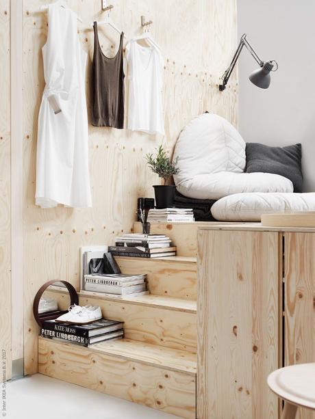 lit estrade bois clair escalier coussin rond blanc gris blog déco