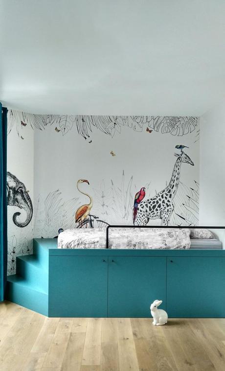chambre enfant escalier bleu canard papier peint animalier parquet bois