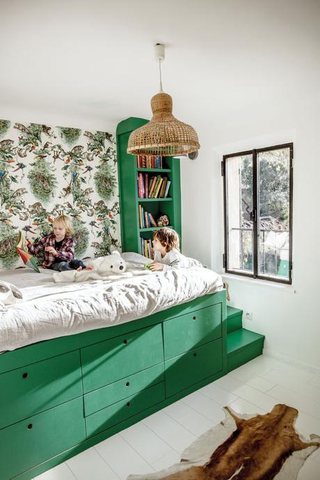 lit estrade vert papier peint fleuri tapis peau animaux déco printanière