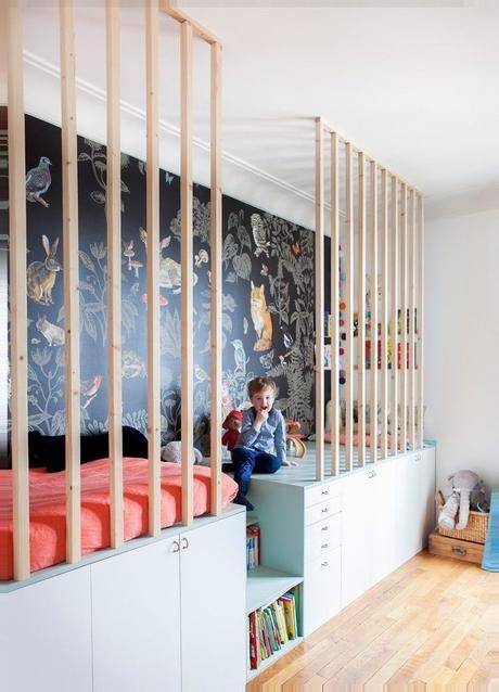 idée décoration intérieure chambre lit barreaux bois papier peint végétal
