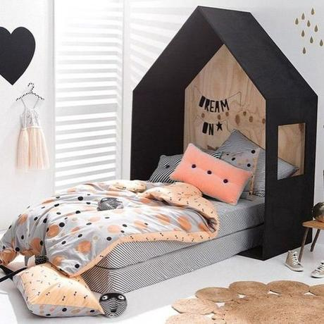 lit cabane interieur chambre enfant noire blanche orange - blog déco - Clem Around The Corner